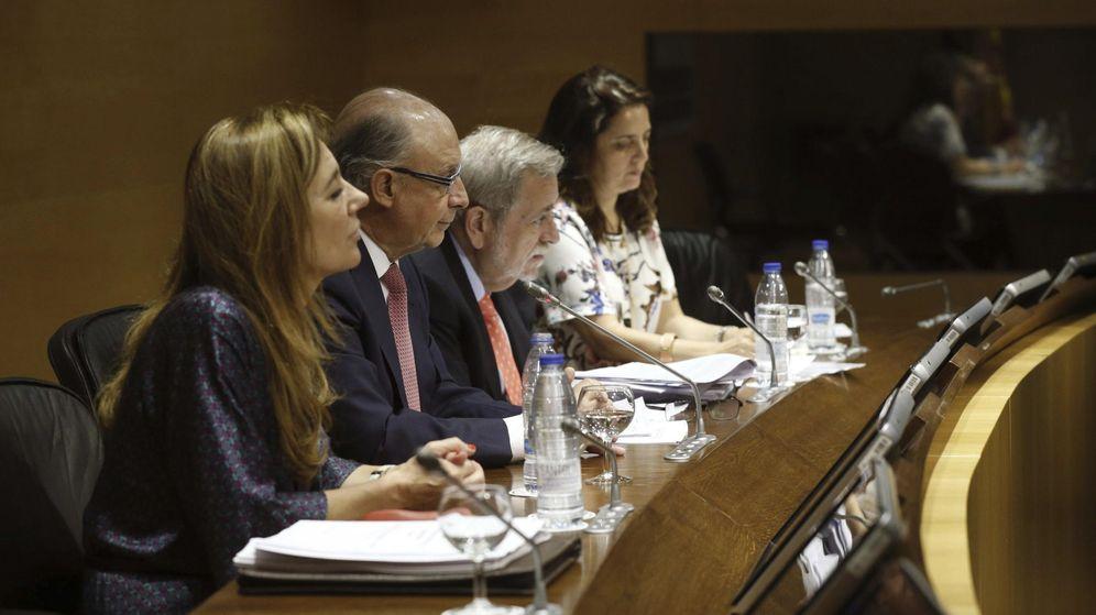 Foto: El ministro de Hacienda, Cristóbal Montoro (2i),  durante la rueda de prensa ofrecida tras un Consejo de Política Fiscal y Financiera. (EFE)