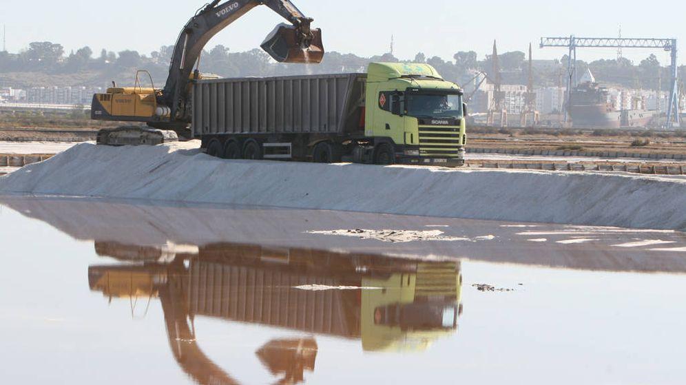 Foto: Trasiego de sal en la marisma del Odiel. (Aiqbe)