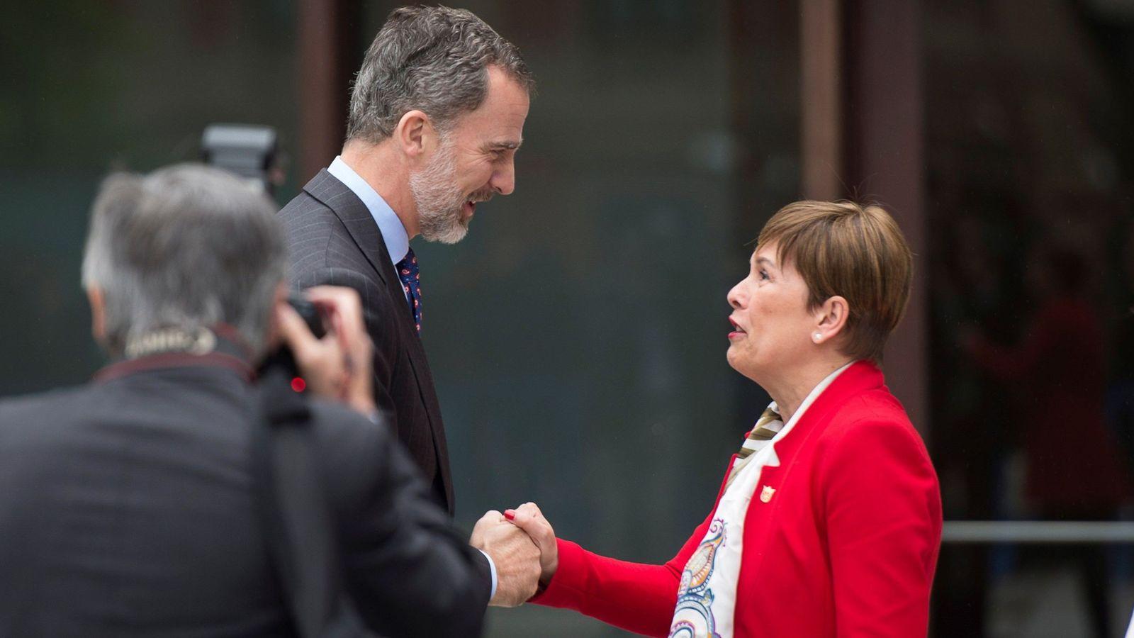 Foto: Felipe VI y Uxue Barkos se saludan con motivo de la última presencia del rey en Navarra, el pasado mes de junio. (EFE)