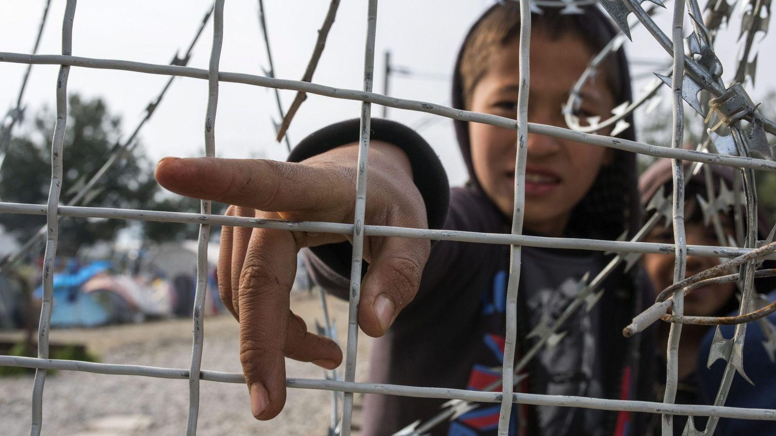 Foto: Un niño refugiado afgano en la frontera de Macedonia y Grecia