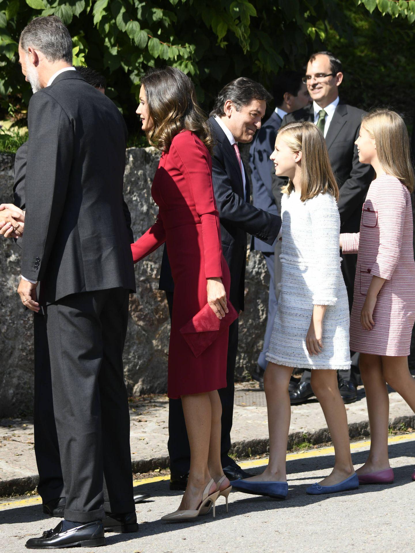 Los Reyes y sus hijas, con las autoridades. (Limited Pictures)