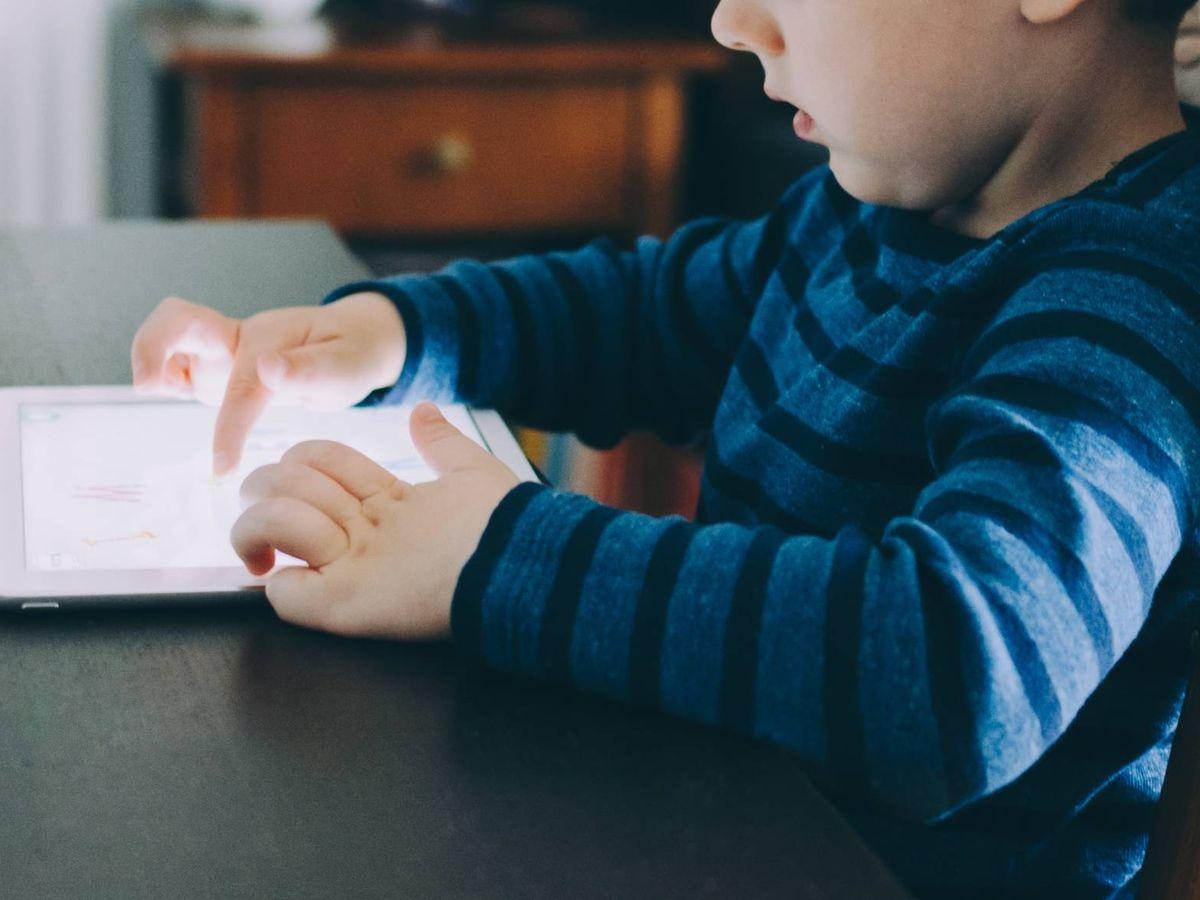 Foto: App para jugar con los niños durante el viaje de vacaciones. (Kelly Sikkema para Unsplash)
