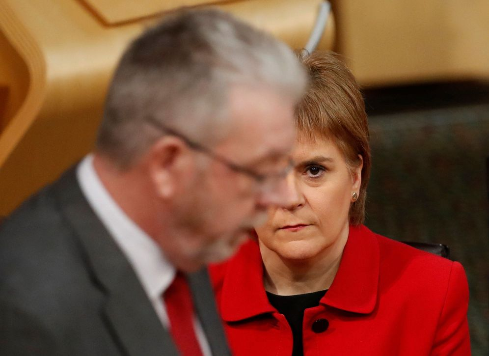 Foto: Nicola Sturgeon escucha a Michael Russell durante un debate sobre el Brexit en el Parlamento escocés, en Edimburgo (Reuters).