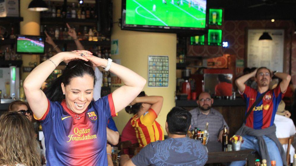 Foto: Españoles en Ciudad de México ven un partido en la televisión. (EFE)