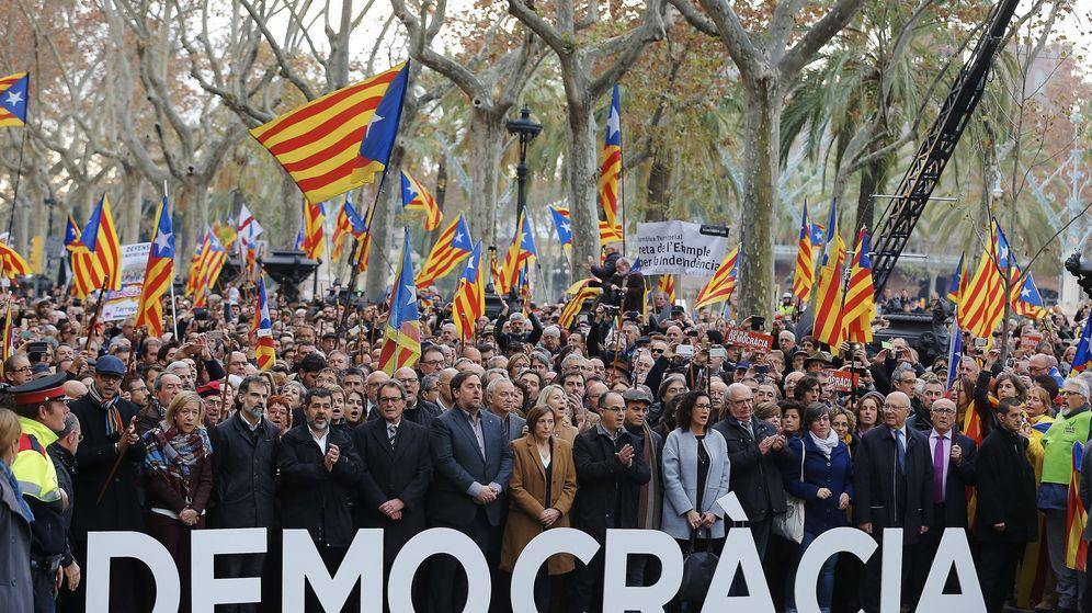 Foto: Miembros de Junts Pel Sí y de la CUP con banderas independentistas en muestra de apoyo a Forcadell. (Efe)