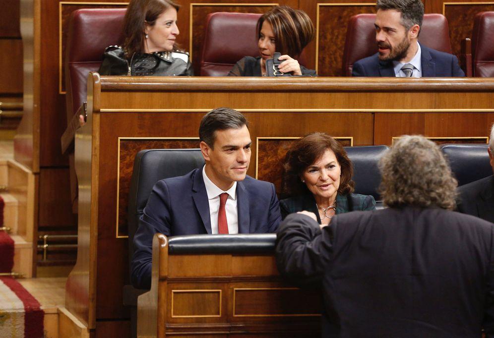 Foto: Pedro Sánchez y la vicepresidenta, Carmen Calvo, el pasado 31 de octubre durante la sesión de control en el Congreso. (Inma Mesa | PSOE)
