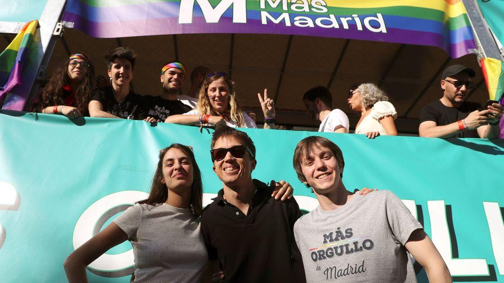 Foto: El líder de Más Madrid, Íñigo Errejón (c), participa en la manifestación del Orgullo 2019, junto a la portavoz del partido en el Ayuntamiento, Rita Maestre, y el senador Eduardo Rubiño. (EFE)