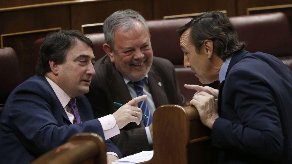 Foto: El portavoz del PP en el Congreso, Rafael Hernando, conversa con los diputados del PNV Aitor Esteban y Pedro María Azpiazu. (EFE)