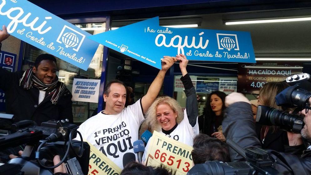 Foto: Los loteros de Arganzuela celebran haber repartido el Gordo íntegramente. (Foto: Ana Gómez)