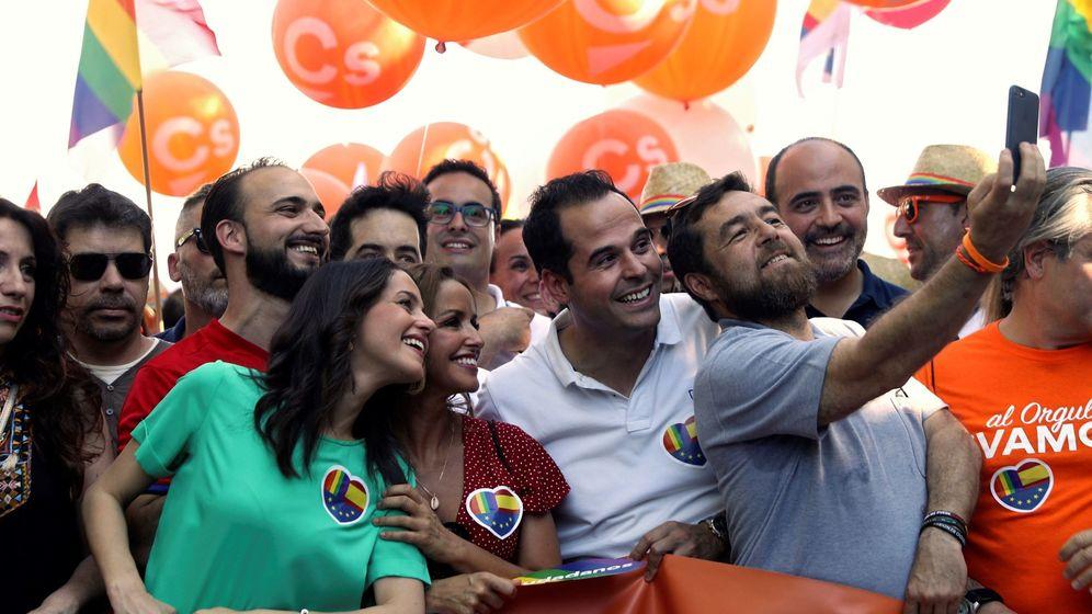 Foto: Inés Arrimadas, junto a Ignacio Aguado y Miguel Gutiérrez en el Orgullo. (EFE)