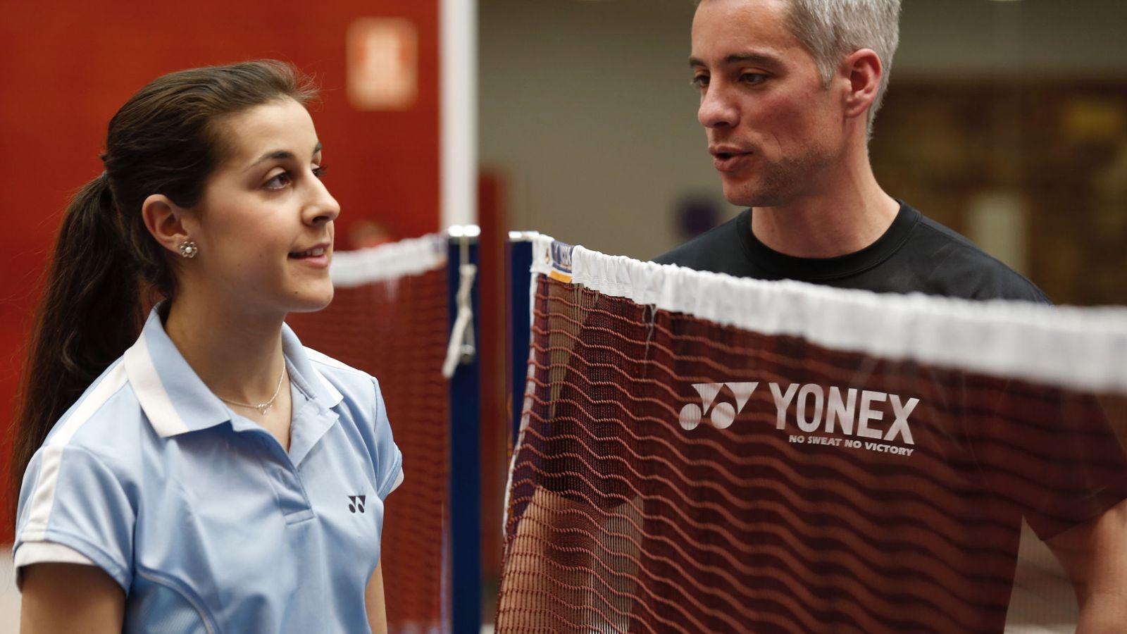 Foto: La doble campeona del mundo y de Europa de bádminton, Carolina Marín, con su entrenador, Fernando Rivas. (EFE)