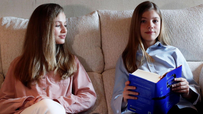 Las hijas de los Reyes, leyendo el 'Quijote'.  (EFE)