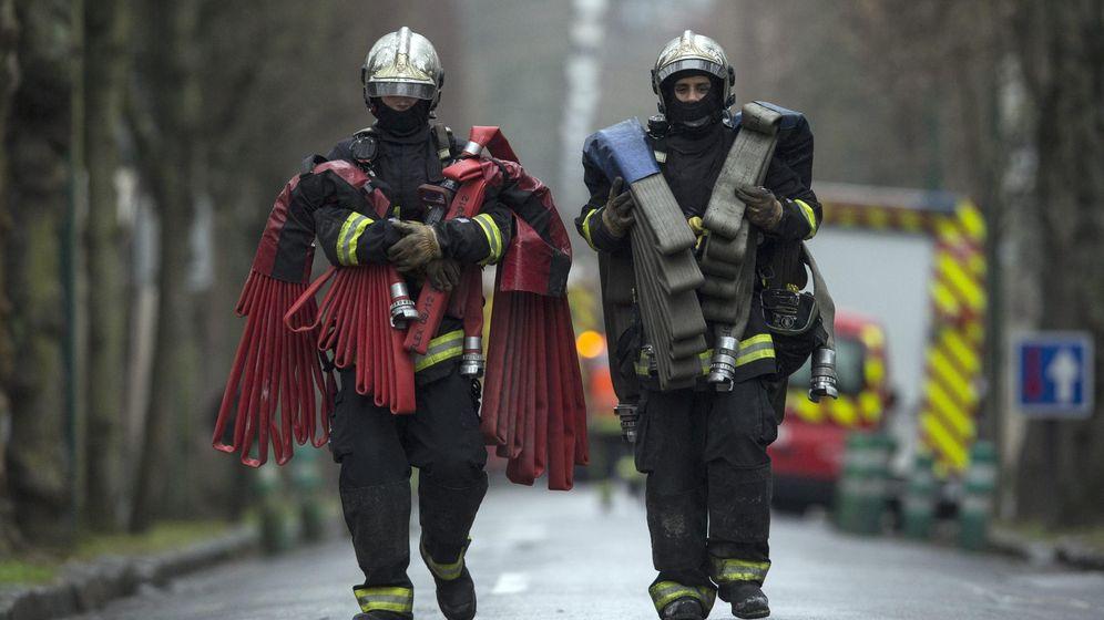 Foto: Agentes del cuerpo de bomberos de París. (Efe)