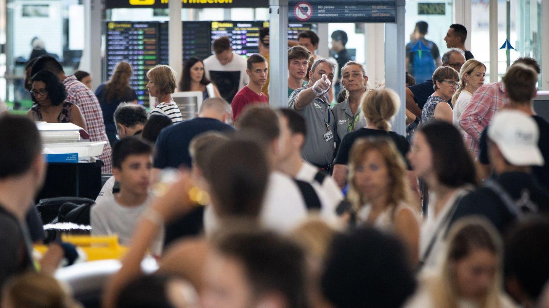 Los controles de acceso en El Prat este sábado. (EFE)