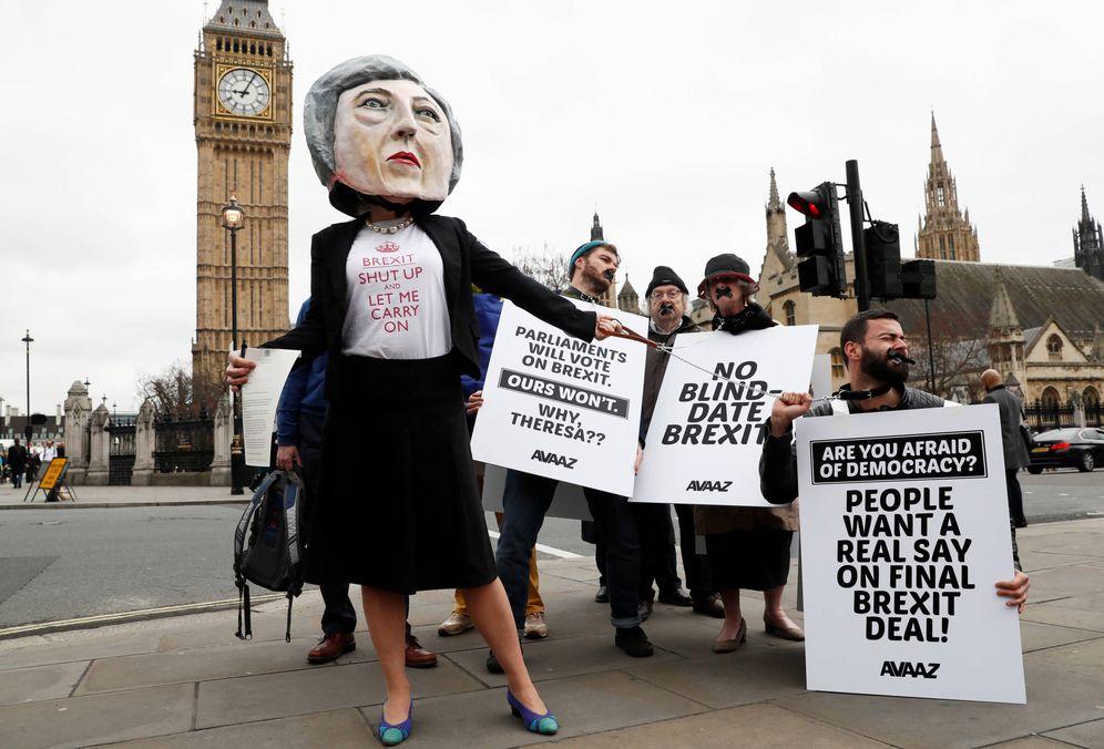 Foto: Manifestantes antiBrexit, uno de ellos disfrazado de Theresa May, protestan ante el Parlamento, en Londres. (Reuters)