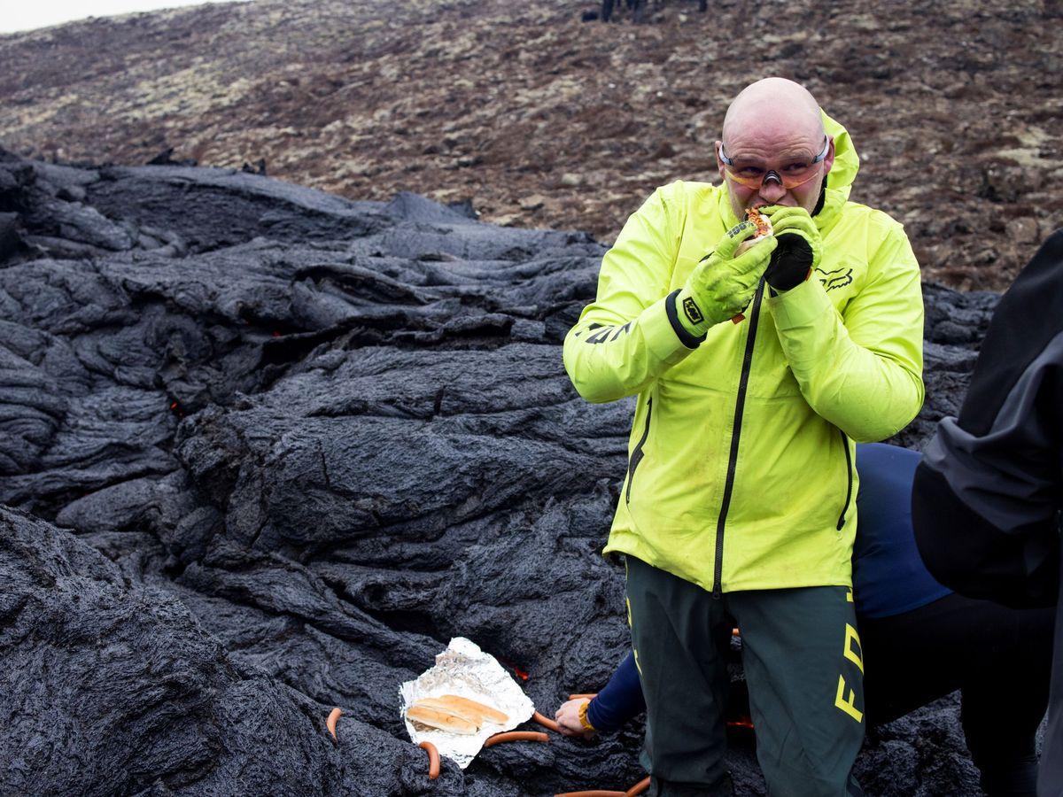 Foto: Los científicos usaron la lava del Fagradalsfjall para cocinar los perritos (Reuters/Cat Gundry-Beck)