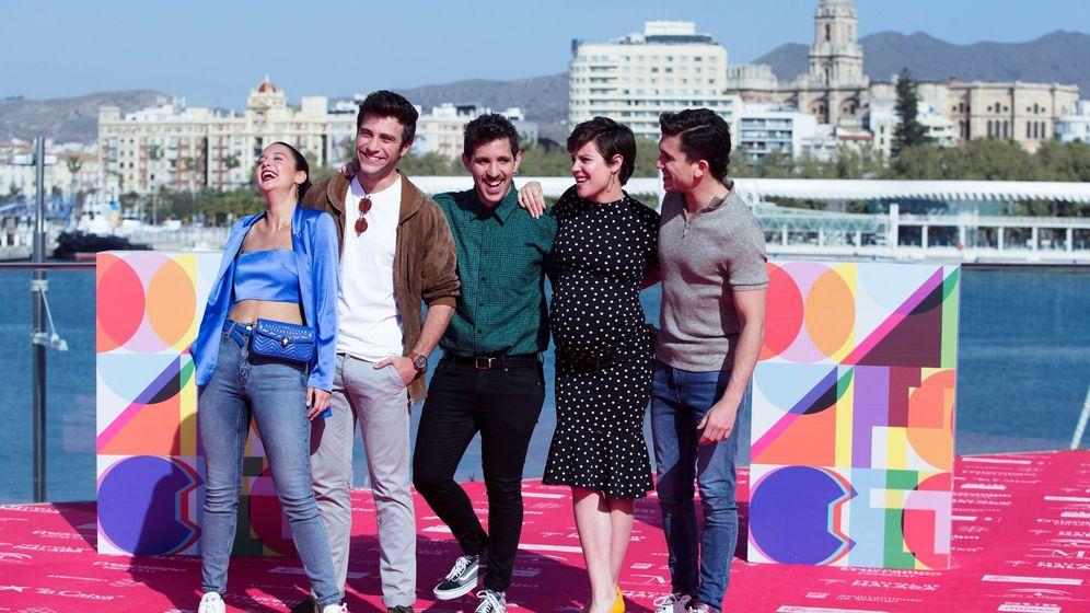 Foto: El director Jota Linares presenta su película ¿A quién te llevarías a una isla desierta? en el Festival de Málaga (EFE).