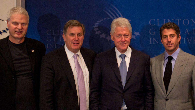 Steve Bing (izda), en una foto de archivo junto a Bill Clinton. (Getty)