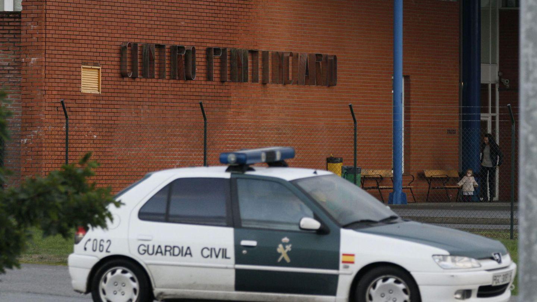 La Guardia Civil en las inmediaciones del centro penitenciario de Teixeiro. (Efe)