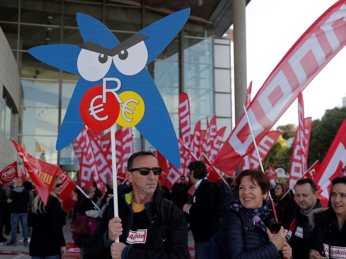 Foto: Manifestación para rechazar el ERE de CaixaBank (EFE)