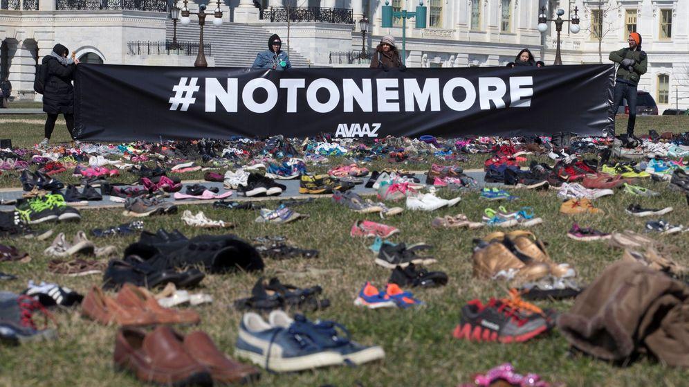 Foto: Miles de zapatos en honor a las víctimas de armas de fuego en el Capitolio. (EFE)