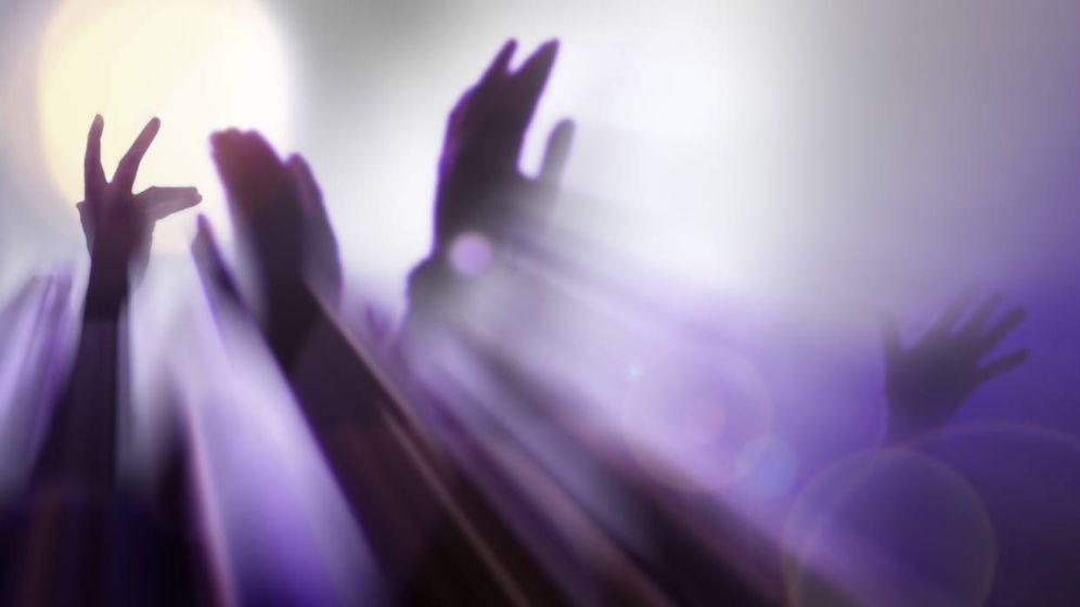 Foto: Manos levantadas en una ebria noche de discoteca. (iStock)