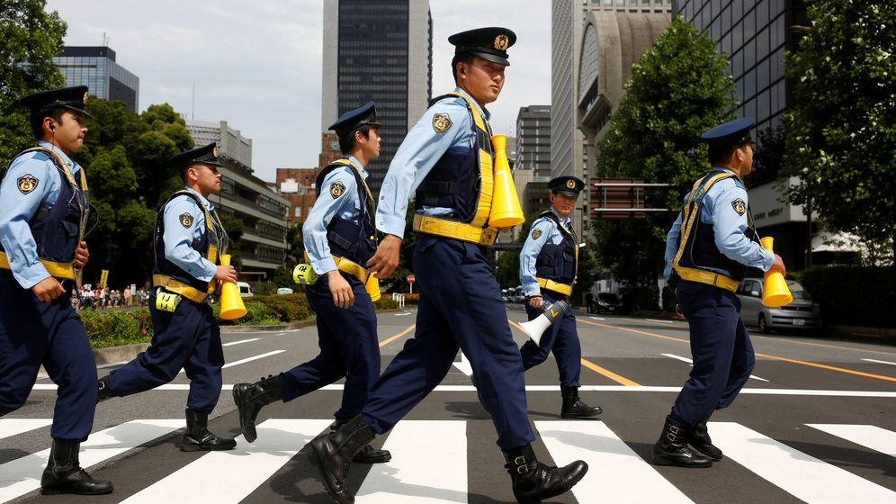 Foto: Policías japoneses en la capital, Tokio. (Reuters)
