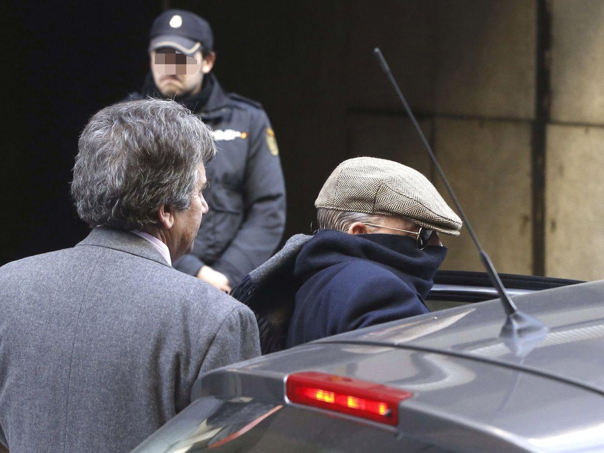 """Foto: El exinspector Juan Antonio González Pacheco, """"Billy el Niño"""" (d), a la salida de la Audiencia Nacional. (EFE)"""