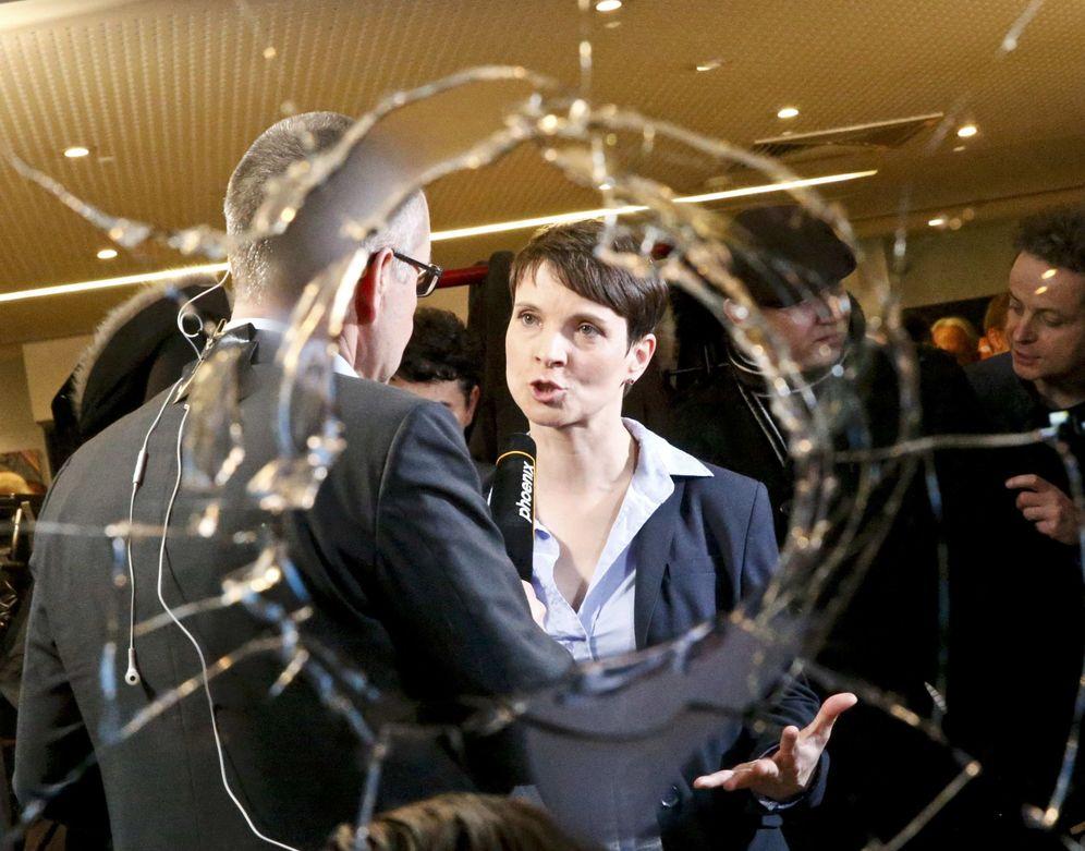 Foto: Frauke Petry, líder de Alternativa para Alemania, entrevistada tras conocerse los resultados electorales, en Berlín, el 13 de marzo de 2016 (Reuters).