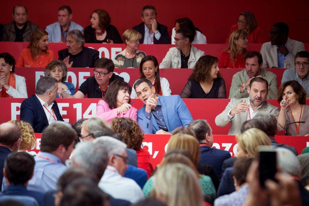 Foto: Pedro Sánchez charla con la presidenta del PSOE, Cristina Narbona, antes del arranque del comité federal de este 28 de septiembre, en Ferraz. (EFE)