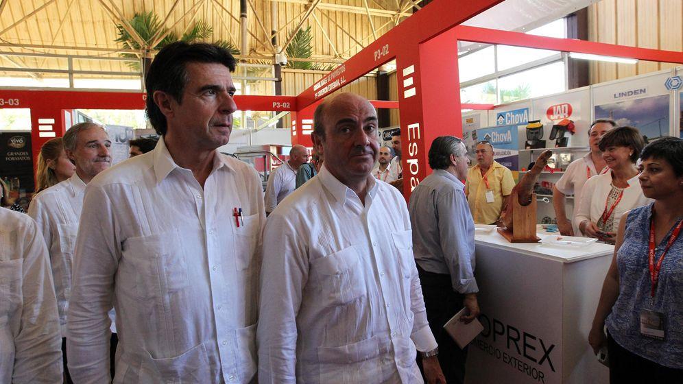 Foto: José Manuel Soria y Luis de Guindos, en La Habana en 2015. (EFE)