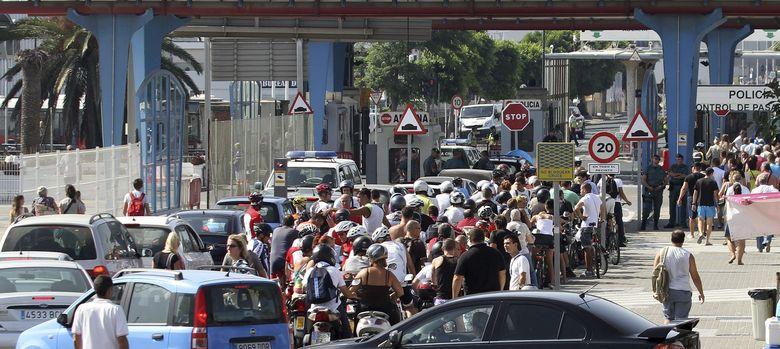 Foto: Los accesos a Gibraltar han vuelto a colapsarse hasta formarse colas de dos horas. (Efe)