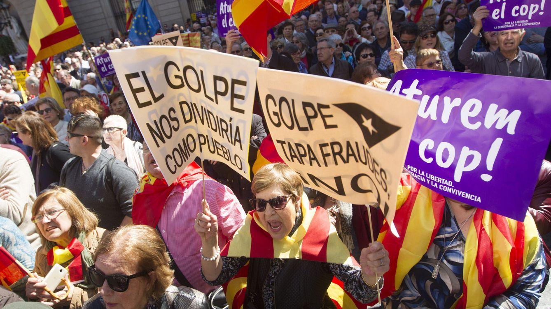 Foto: Manifestación de la plataforma Societat Civil Catalana (SCC), en el centro de Barcelona. (EFE)