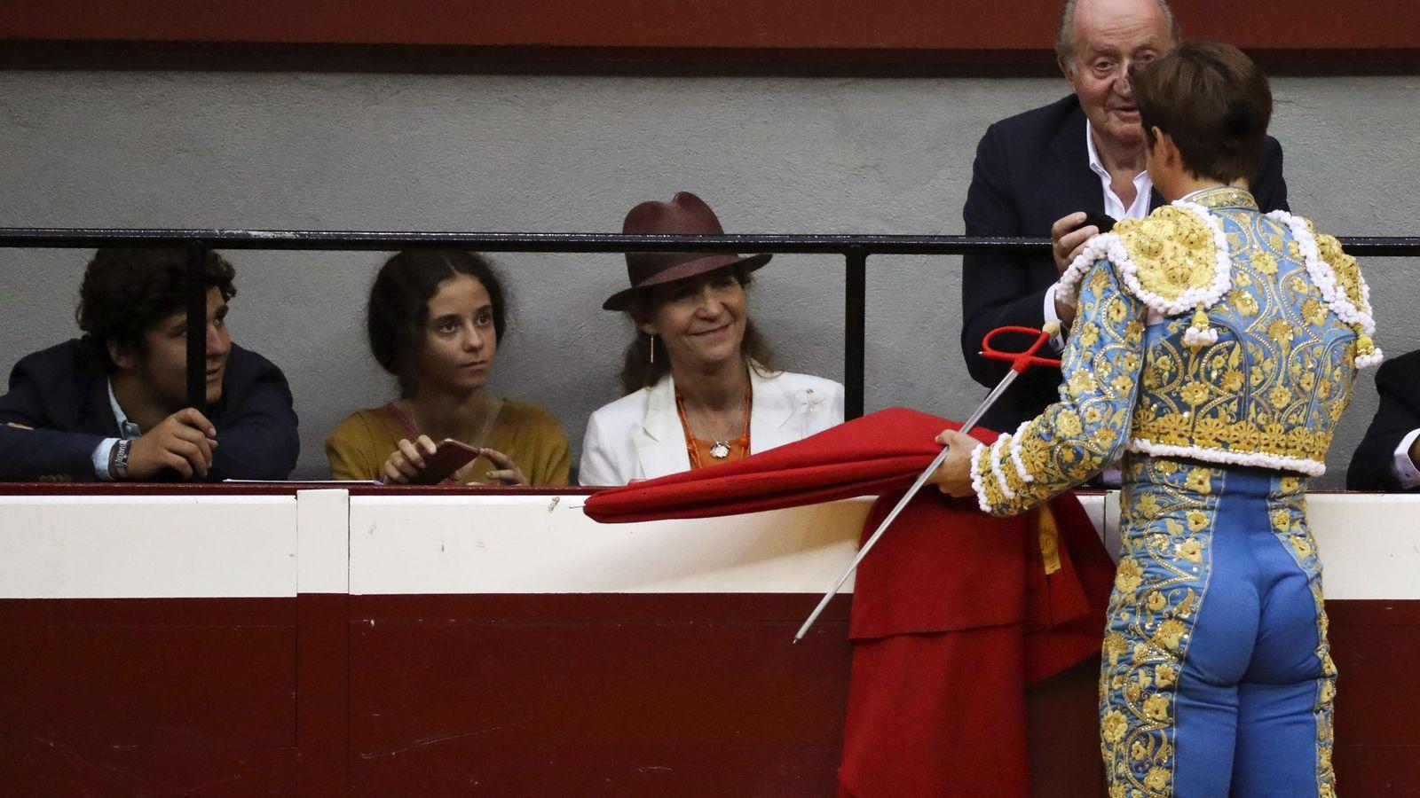 """Foto: El diestro Julián López """"El Juli"""" brinda su segundo toro de la tarde al rey Juan Carlos. (EFE)"""
