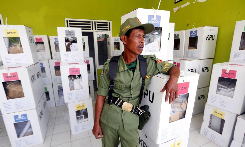 Foto: Un empleado público vigila el material electoral antes de su distribución entre los colegios electorales de las localidades de Bogor, Indonesia. (EFE)