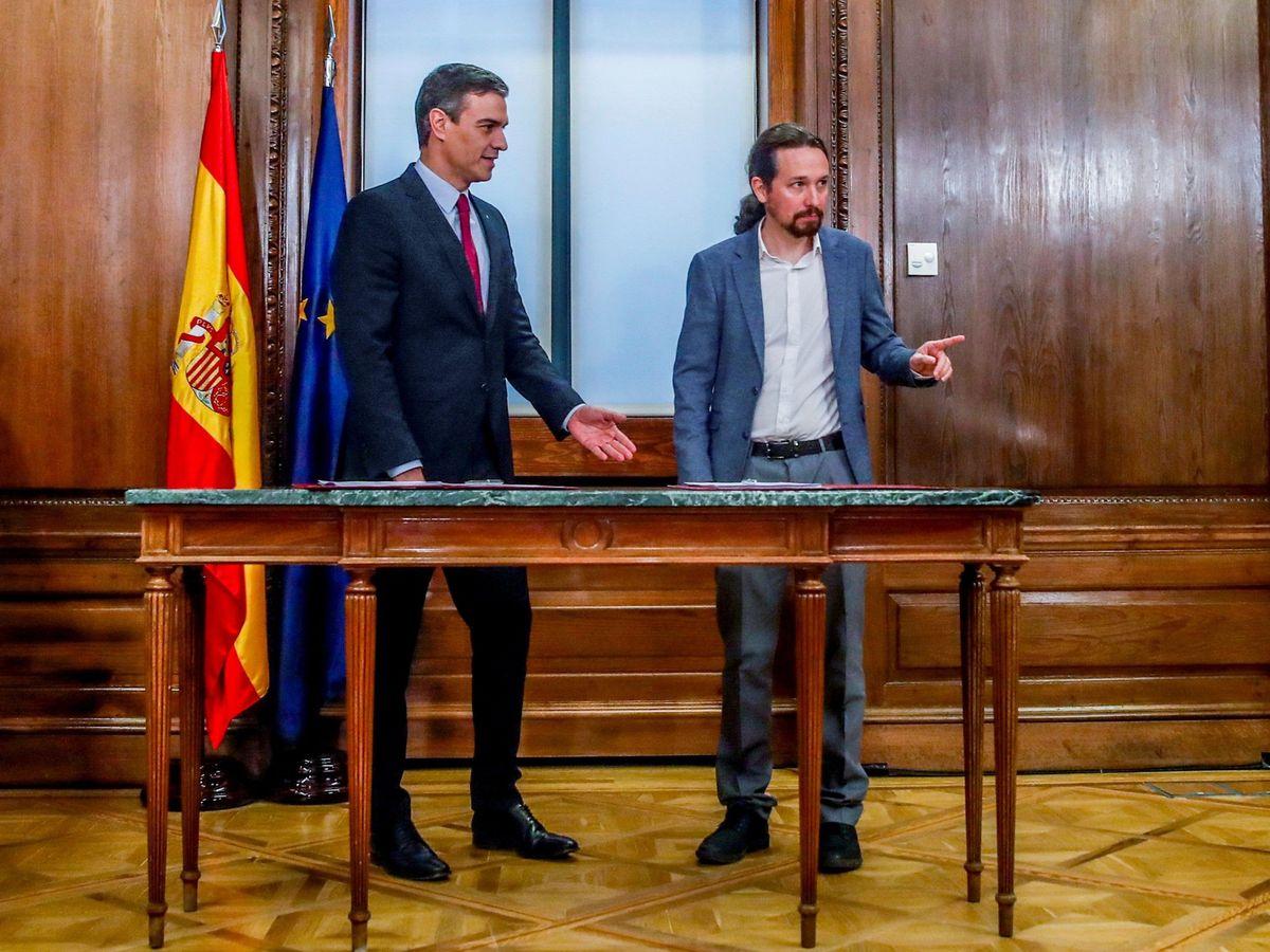Foto: Sánchez e iglesias firman el programa de su futuro gobierno de coalición. (EFE)