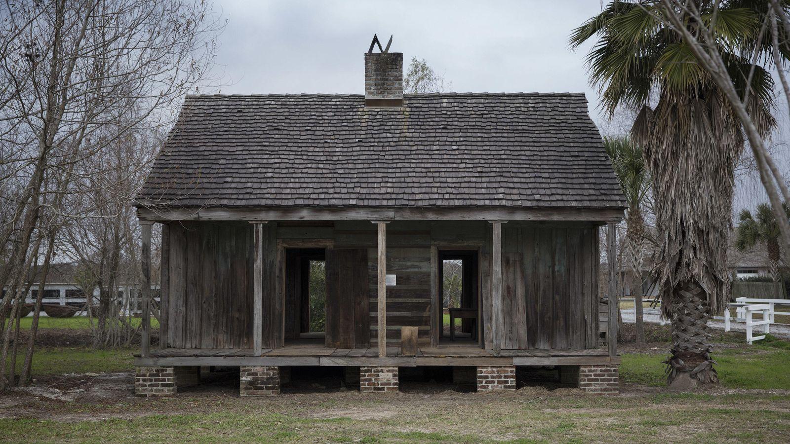 Foto: El exterior de uno de los barracones para esclavos de la plantación Whitney Plantation, en Wallace (Luisiana). (Reuters/Edmund Fountain)