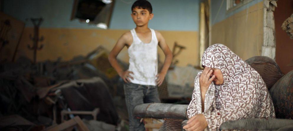 Foto: Una mujer palestina llora en el interior de una casa destruida en un bombardeo en Ciudad de Gaza (Reuters).