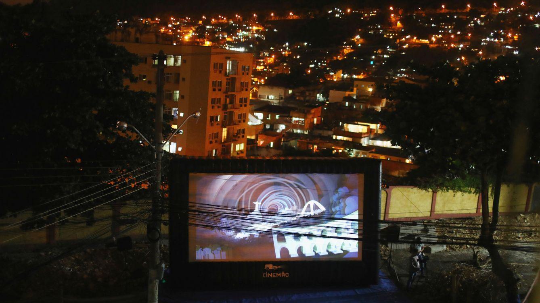 Foto: Una película en pantalla gigante para que los vecinos puedan verlo desde su casa en Rio de Janeiro. (Reuters)