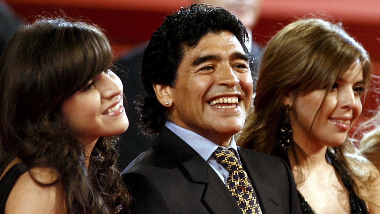 Maradona, en 2008 con sus hijas Dalma y Gianinna. (EFE)