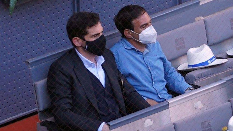 Iker Casillas y su acompañante. (CP)