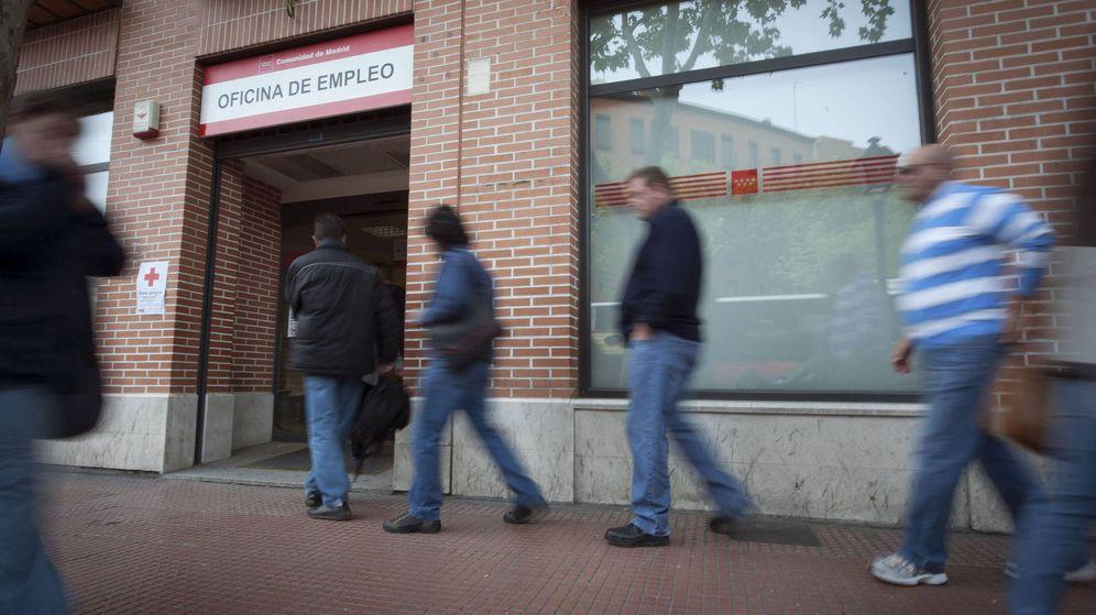 Foto: Varios desempleados hacen cola en las oficinas del INEM - Archivo. (EFE)