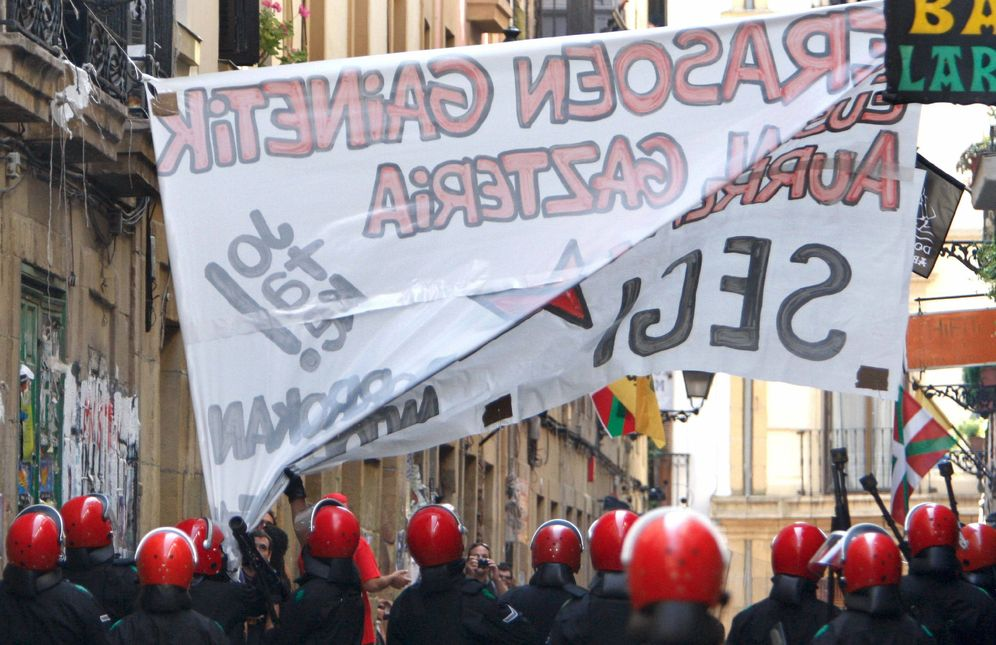 Foto: La Ertzaintza retira una pancarta de la ilegalizada Segi en San Sebastián. (EFE)