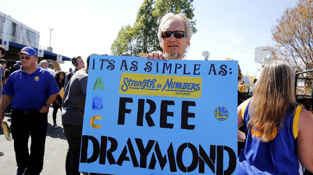 Foto: un aficionado protesta contra la sanción a Green (Kelley L Cox/USA TODAY Sports)