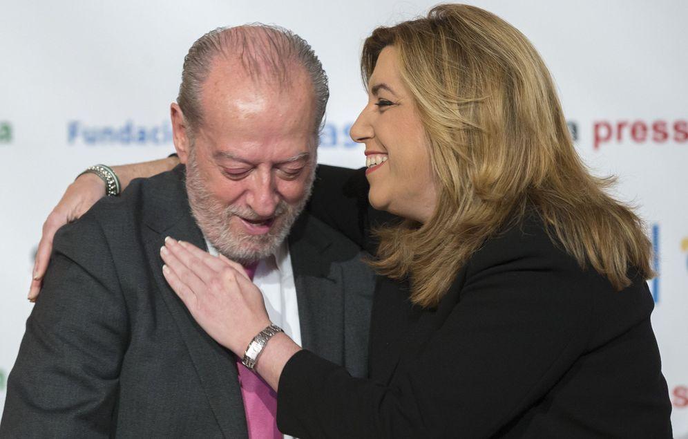 Foto: Susana Díaz, con el presidente de la Diputación de Sevilla y de la FAMP, Fernando Rodríguez Villalobos, el 5 de abril de 2016 en la capital andaluza. (EFE)