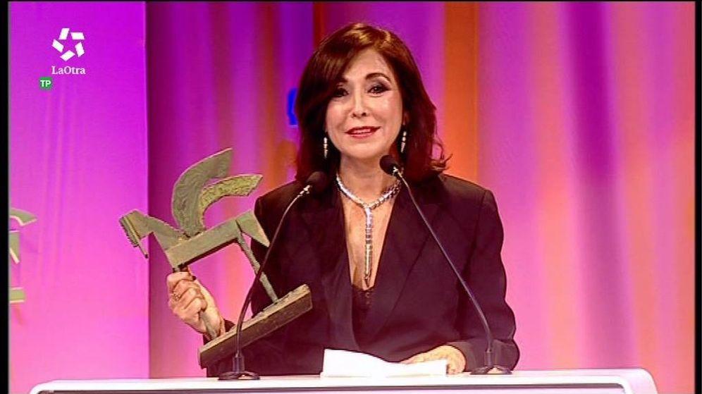 Foto: Isabel Gemio mientras recogía su premio Ondas 2017. (FORTA)