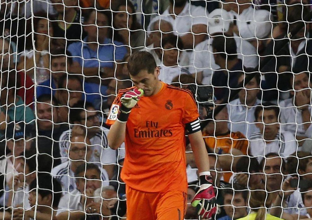Foto: Casillas, cariacontecido durante el derbi ante el Atlético de Madrid. (Reuters)