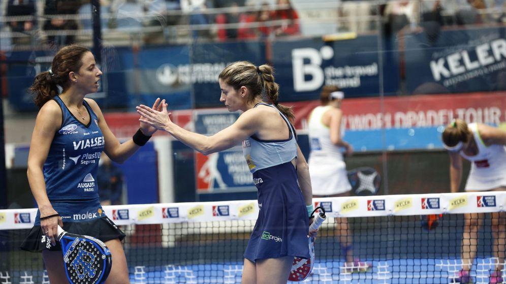 Foto: Marta Marrero (i) y Alejandra Salazar (d) celebran un punto durante la semifinal (Javier Etxezarreta/EFE)