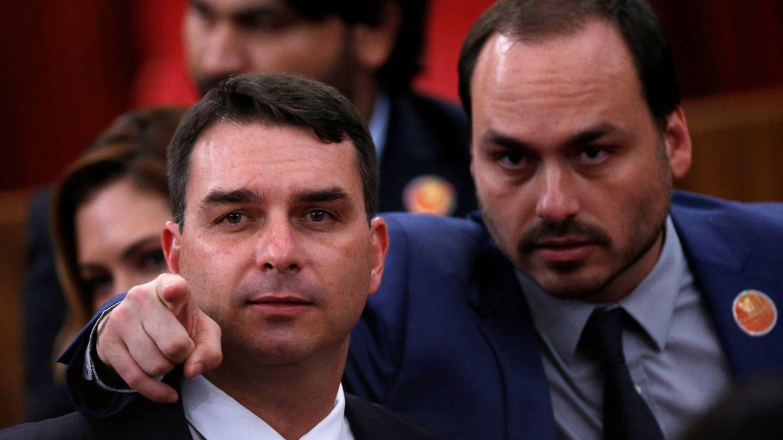 Flávio Bolsonaro y Carlos Bolsonaro, hijos del presidente, tras confirmarse la victoria de su padre en las elecciones. (Reuters)
