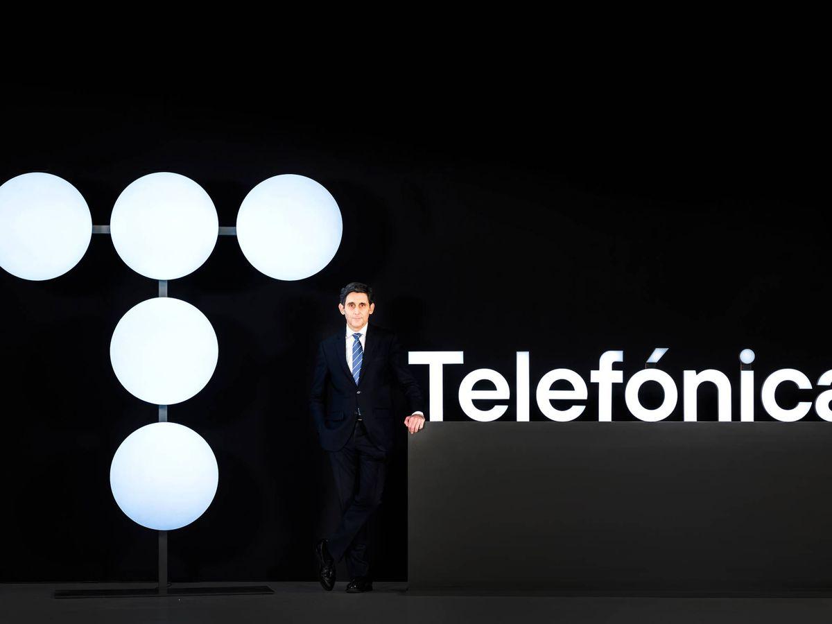 Foto: José María Álvarez-Pallete, junto al logo de Telefónica.